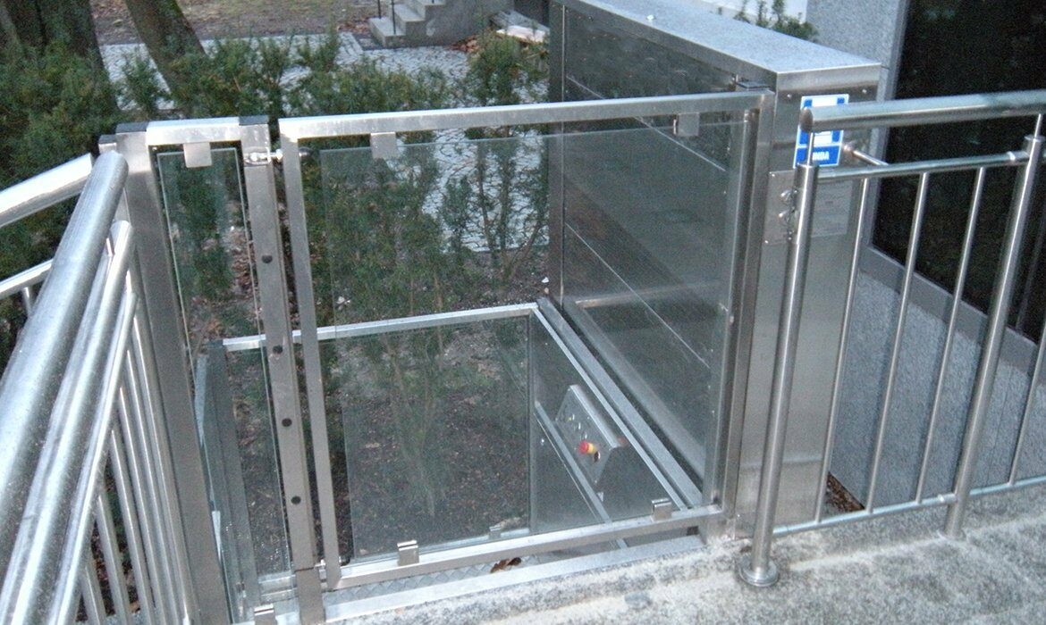 Open platform lift in stainless steel