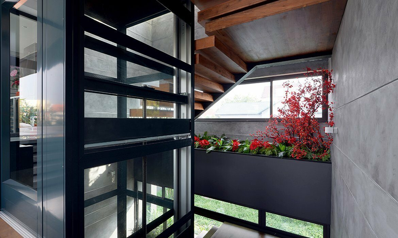 Platform lift with glass shaft and panoramic doors