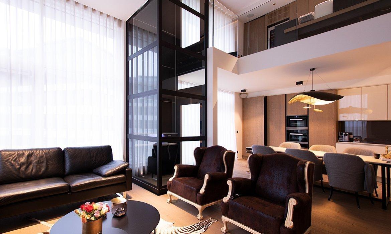 Lift colour black in duplex apartment