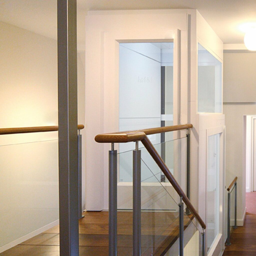 Platform lift with loow headroom