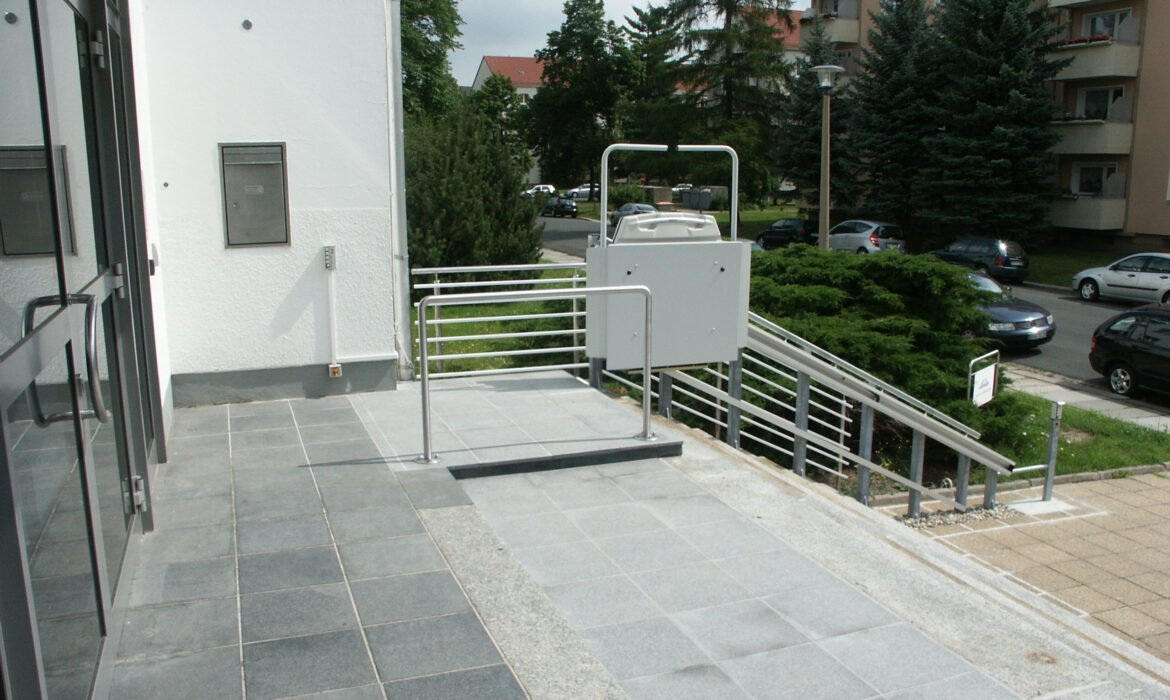 Cibes S7 outdoor wheelchair lift