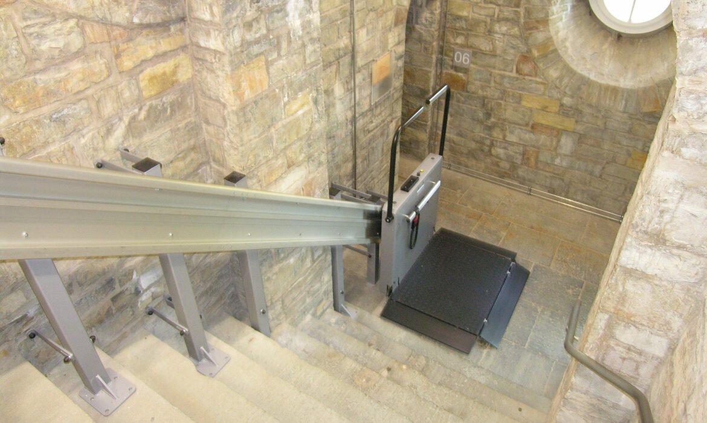 Hiss monterad på stolpar