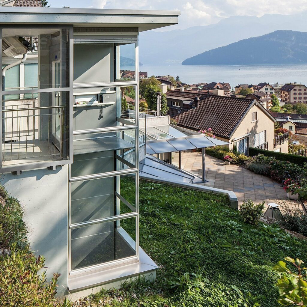 Outdoor lift with panoramic view