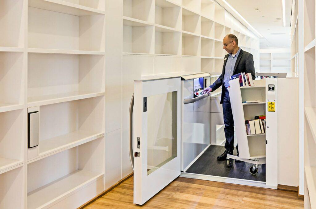 Librarian using Cibes lift