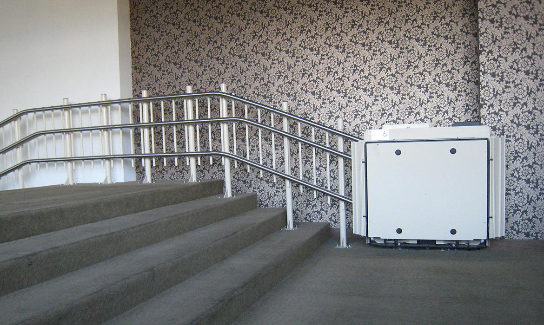 Trapphissens batteri laddas automatiskt när hissen är parkerad