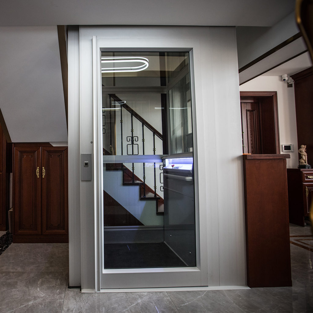 Lift door with panoramic glazing