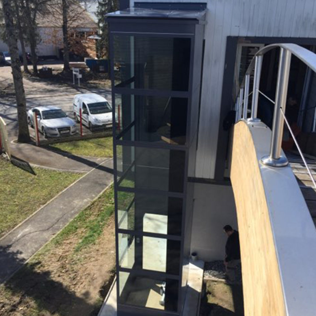 Outdoor lift with glazed shaft