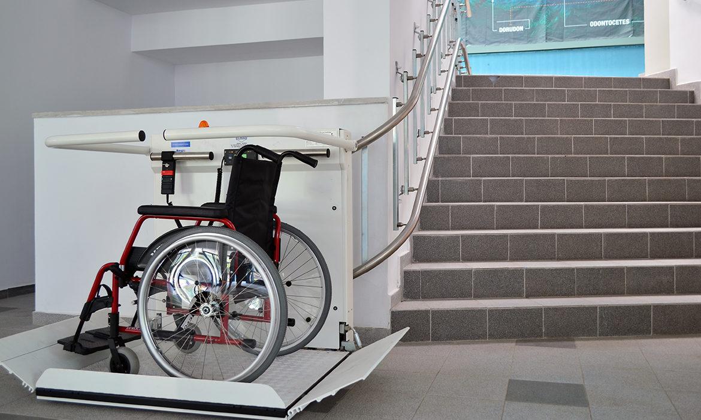 Trapphiss för svängda trappor med väggmontage