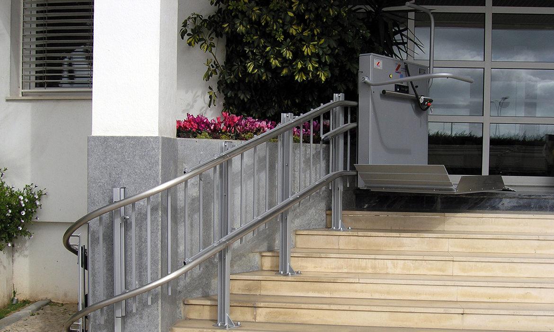 Svängd trapphiss monterad på stolpar